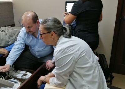 El Dr. Emilio Logarzo durante las demostraciones