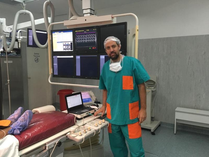 Dr. Javier Bonacina junto al Synchromax